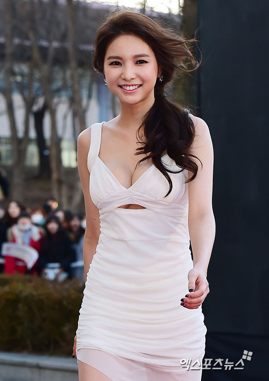 Jei Of Fiestar Showed Off Her Underboob Dress On The Red