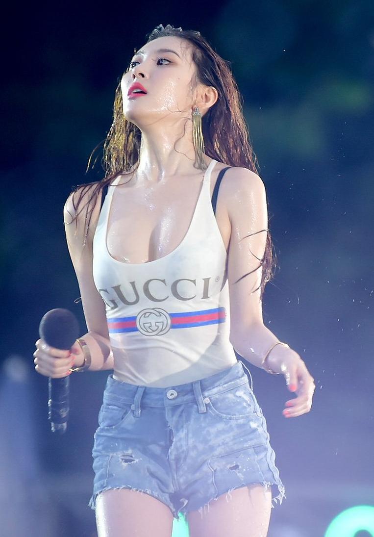"Sunmi looks amazing, performs ""Gashina"", ""Heroine"", ""24"